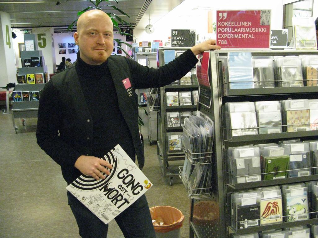 Ilja Vesterinen kokoelmien ääressä Kirjasto Kympissä.