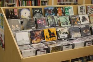 Forssan kirjaston CD-kokoelman esillepanoa.