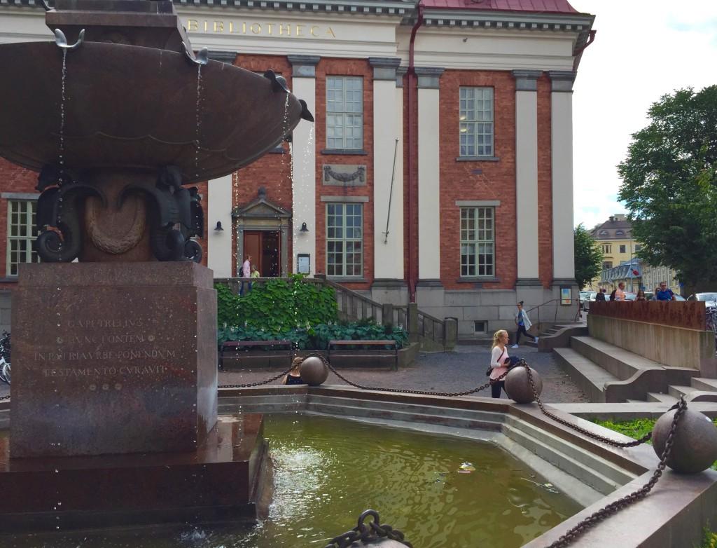 Turun musiikkikirjasto sijaitsee Vanhan kirjastotalon toisessa kerroksessa. Talon edustaa komistaa Vähätori, jonka suihkulähde on vuodelta 1924.