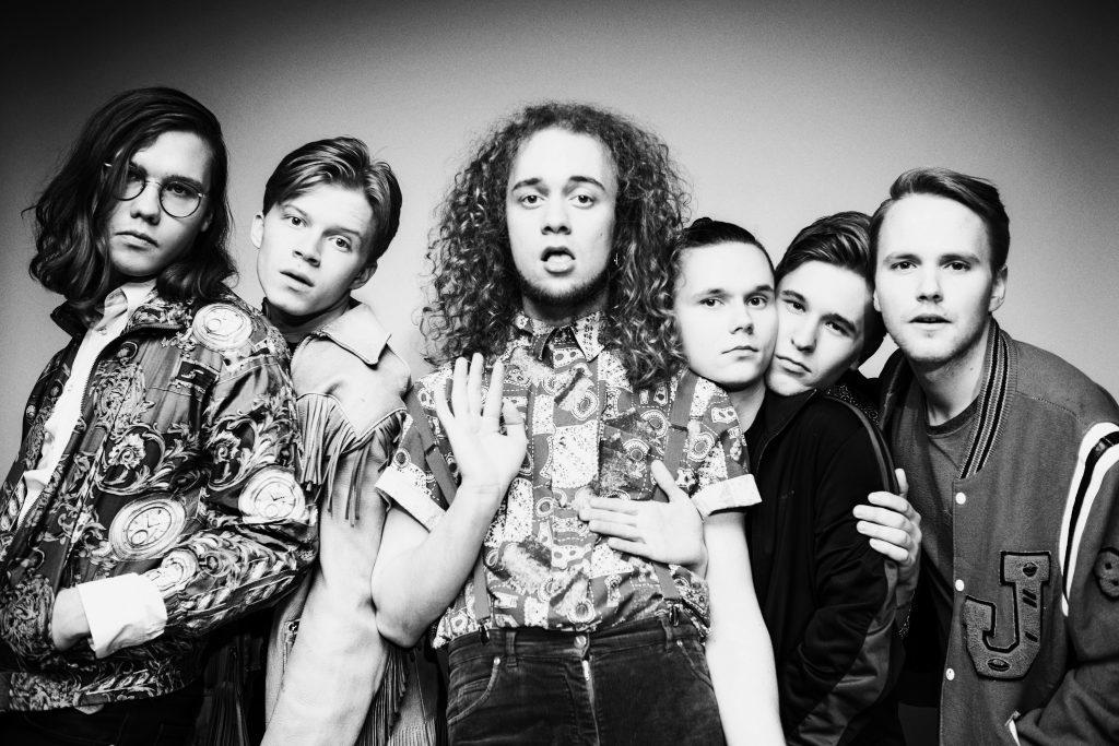 Henrik Illikaisen (kolmas vasemmalta) johtama Tiisu julkaisi toisen albuminsa keväällä 2017. Elämän koulu (2015) sai jatkoa levystä Tänne ei jää kukaan. Kuva: Kerttu Malinen.
